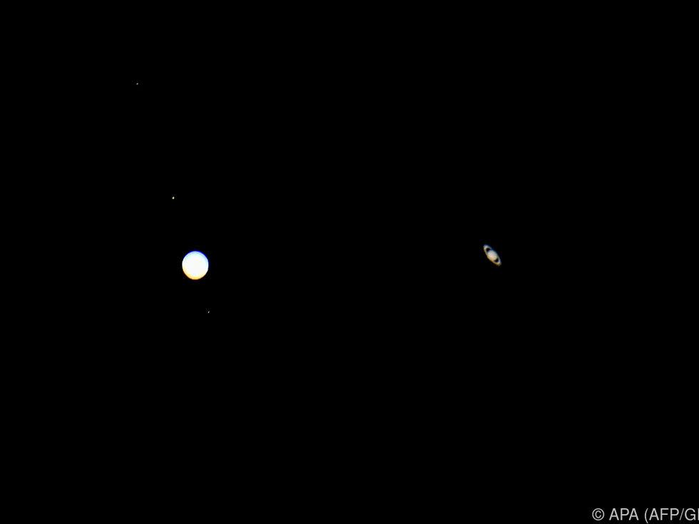 Jupiter und Saturn verschmolzen am Nachthimmel
